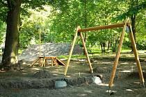 Už o prázdninách budou mít opavské děti v Městských sadech k dispozici dvě nová hřiště. Ty zde v těchto dnech vyrůstají.