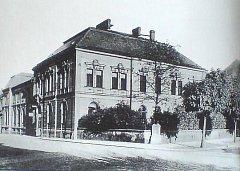 Takto vypadal dům Na Rybníčku v první polovině minulého století.