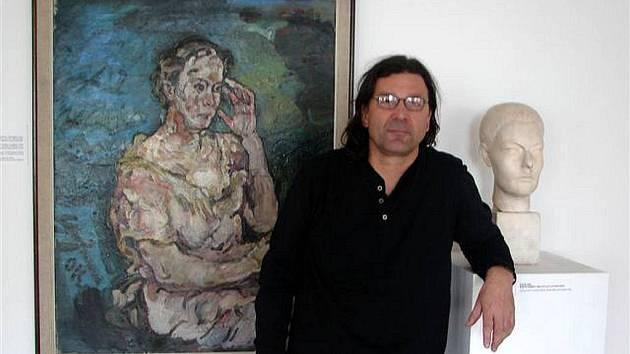 Portrét kněžny Mechtildy Lichnowské od expresionistického malíře Oskara Kokoschky se do zámecké galerie vrátil teprve před pár dny. Na snímku je kromě obrazu i kněžnina busta a zámecký kastelán Radomír Přibyla.