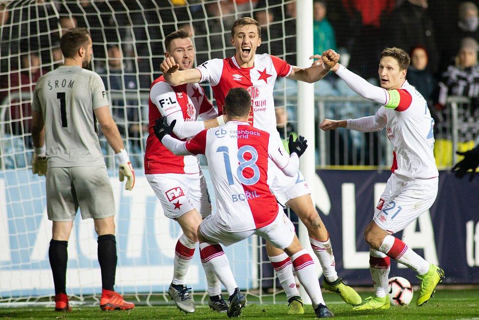 Opava - Zápas 17. kola FORTUNA:LIGY mezi SFC Opava a SK Slavia Praha 3. prosince 2018 na Městském stadionu v Opavě. Hráči Slavie, gól, radost.