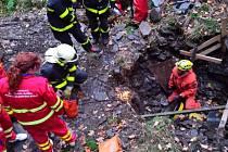 Záchrana zraněného muže v břidlicové štole.