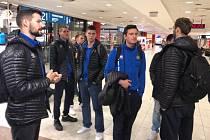 Opavští basketbalisté na letišti v Praze před odletem do Paříže.