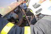 Dvě jednotky hasičů zasahovaly ve čtvrtek dopoledne v Háji ve Slezsku-Smolkově u nehody osobního automobilu, který skončil v příkopu na střeše.