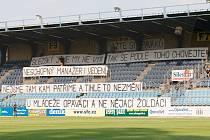 Opavský kotel byl vyklizen a fanoušky suploval obrovský nápis, který vyjadřoval jejich názor na klubové vedení.