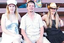 Marta Kotalová (vpravo) s přáteli Monikou a Tomášem přijeli ze severní Moravy do Strážnice na folkový festival Slunce.