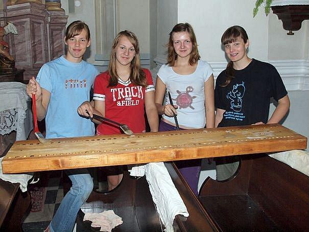 Do opravy varhan v bohuslavickém kostele se ochotně pustili i mladí.