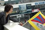 Vyvěšování tibetské vlajky.