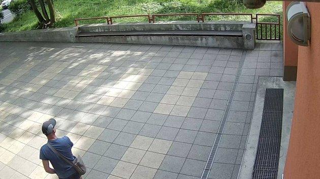 Muž na snímku měl před časem obcházet část Opavy s odhaleným ztopořeným údem.