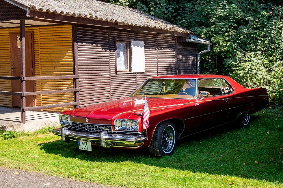 Kemp Kajlovec-sraz amerických aut.