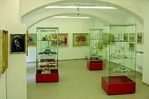 Šperky a výšivky z dílny Lenky Hudečkové vzešly netradiční módní doplňky, které máte možnost zhlédnout, ale i zakoupit v hlučínském muzeu.