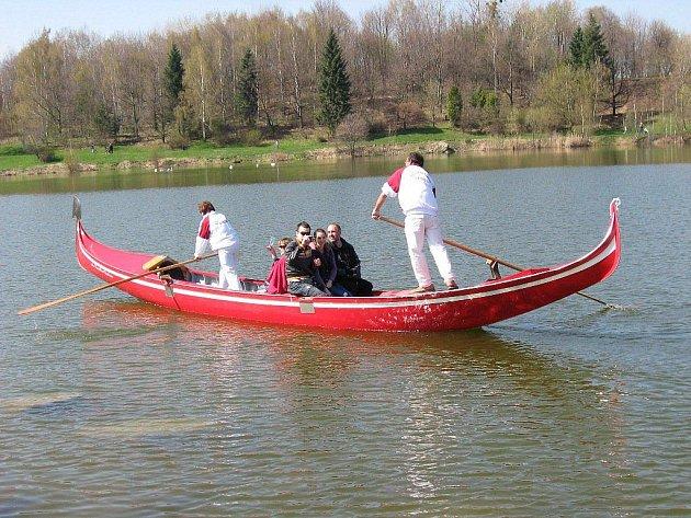 Dvě gondoly dovezené z Itálie. Na těch se mohli zájemci o víkendu svézt na Stříbrném jezeře v Opavě. Tato akce se konala v rámci festivalu Další břehy.