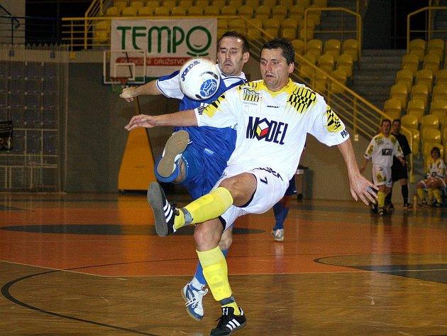 Ani kanonýr Medvědů Malé Hoštice Martin Sebrala nedokázal svými brankami zabránit sestupu mužstva ze 2. ligy. Zkušený hráč ale věří, že se tým co nejdříve do soutěže vrátí.