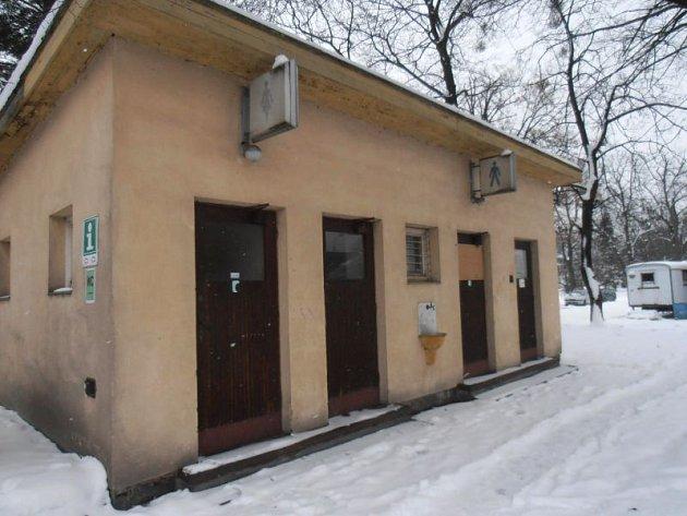 Bývalé veřejné toalety u vlakového nádraží v Hradci nad Moravicí.
