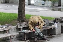 S podzimem už na bezdomovce doléhá chladno. Pociťuje to i muž choulící se na lavičce před budovou ministerstva zemědělství v Opavě. Zde v létě zemřel jeho kamarád.