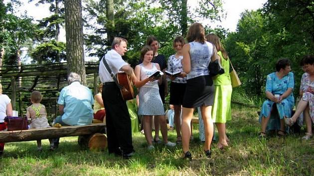 Na Hrádku se scházejí občané, aby si společně popovídali a zazpívali.