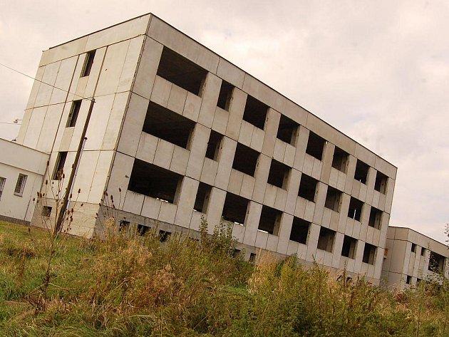 Budovy Městského dopravního podniku Opava, a. s., léta chátrají a nemají využití.