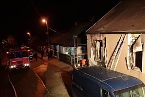 Pět jednotek hasičů zasahovalo u požáru rodinného domu ve Vítkově. Jedna žena v bezvědomí.
