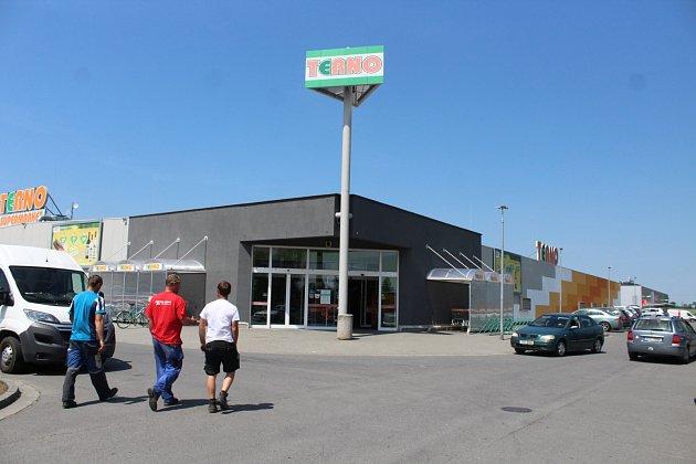 K loupežnému přepadení mělo dojít před supermarketem Terno v opavské městské části Jaktař.