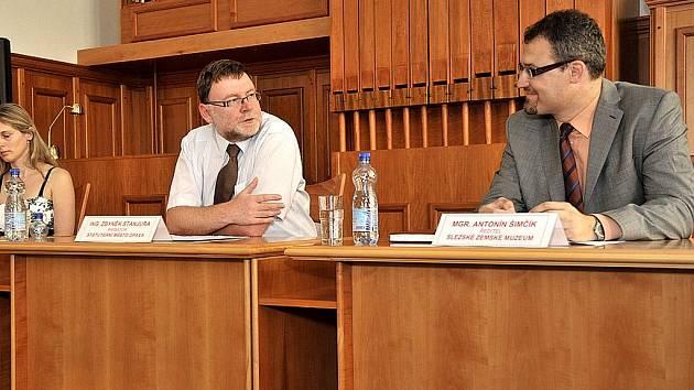 Lidé, pro něž je memorandum velmi důležité. Zleva: Zbyněk Stanjura (primátor města Opavy) a Antonín Šimčík (ředitel Slezského zemského muzea).