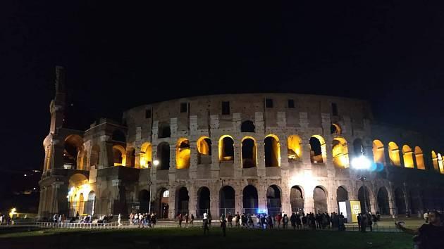 Nasvícené Koloseum v noci.