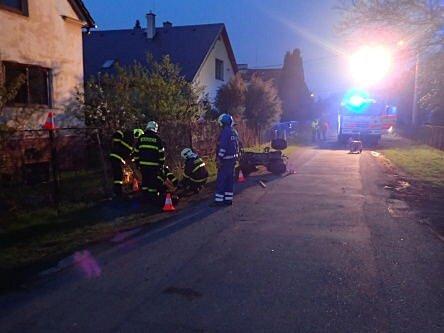 Profesionální hasiči z Opavy a také kylešovičtí dobrovolníci měli ve čtvrtek večer v Chabičově práci. Okolo osmé hodiny zasahovali u dopravní nehody čtyřkolky.