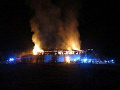 V noci z pondělka na úterý muselo celkem sedm hasičských jednotek zasahovat u požáru velkokapacitního seníku ve Vítkově. Nacházelo se v něm tisíc tun lisovaného sena.