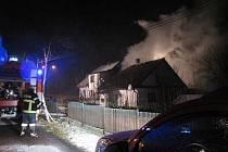Pět jednotek hasičů zasahovalo ve čtvrtek ráno v Čermné ve Slezsku u požáru střechy poloviny rodinného dvojdomku.