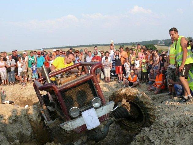 Jak je patrné ina fotografii zminulých ročníků akce, je Větřkovská traktoriáda nesmírně oblíbená a přichází se na ni podívat spousta návštěvníků.