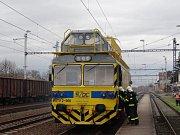 Pět jednotek hasičů, policie a zdravotnická záchranná služba se zapojily do úterního cvičení s požárem elektrické lokomotivy u železniční stanice Háj ve Slezsku.