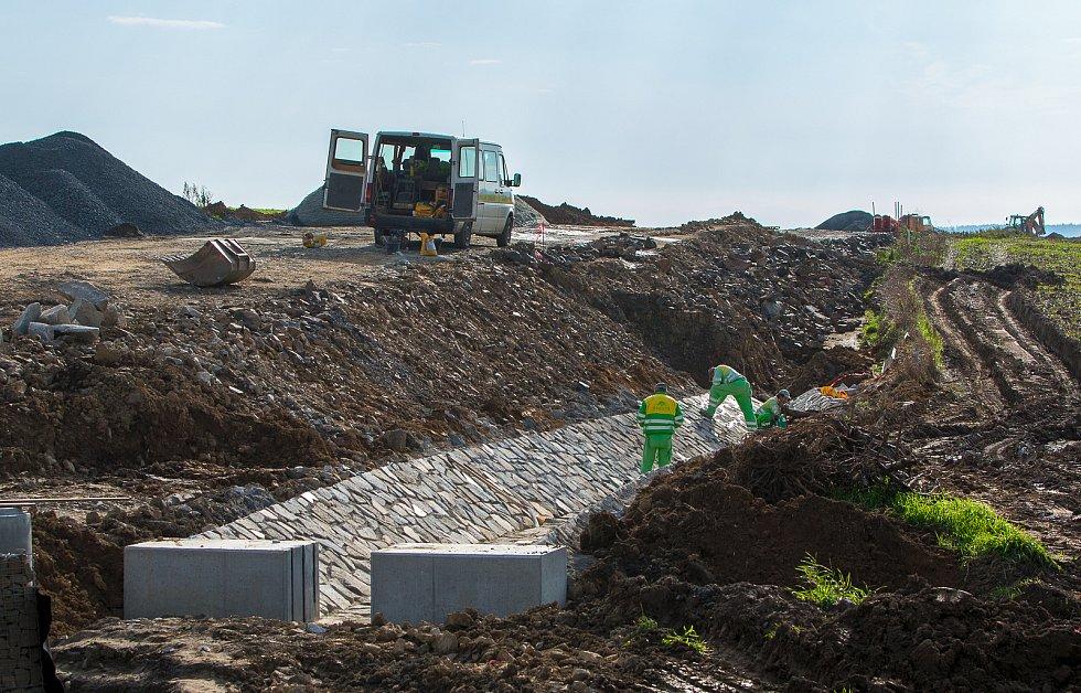 Práce na východní části severního obchvatu města pokračují. Dělníci silnici mimo jiné budují nedaleko Nákupního parku Opava v Hlučínské ulici u spojky S1, na kterou nová cesta naváže.