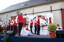 Soubor Vrtek. Opavské folklorní seskupení předvedlo tradiční slezské tance na sedmém mezinárodním folklorním festivale v německé Lužici.
