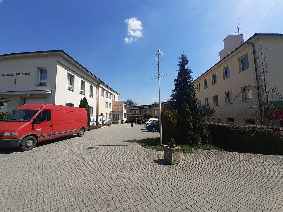 Areál hasičské zbrojnice, obecního úřadu a školy.