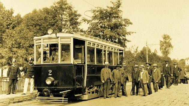 Původní podoba jihlavské tramvaje. Na snímku je před zatěžkávací zkouškou mostu U Jánů vybudovaného právě pro potřeby tramvajové trati přes řeku Jihlavu.