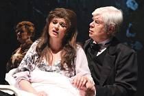 Umírající Violettě (Kataríně Vovkové) dodává sílu doktor Grenville (Václav Marek).