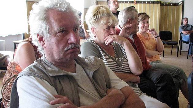 Obyvatelé Mladecka a okolí se se zástupci těžařů sešli již letos v srpnu v Deštném. Diskuse byla bouřlivá a lidé těžaře v podstatě vypískali.