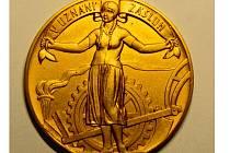 Líc stříbrné pozlacené medaile o průměru 52 mm ražené v roce 1927 v souvislosti s konáním První putovní zemědělské, živnostenské a osvětové výstavy v Opavě.