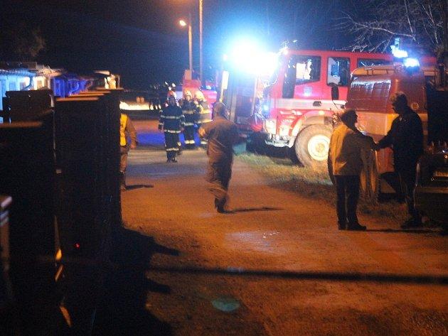 Prostor garáží byl hasiči a policisty řádně opáskován. V pozadí si můžete povšimnout, že hlouček hasičů stojí přímo před garáží, v níž došlo k výbuchu.