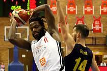 Basketbalisté Nymburka (v bílém) rozdrtili na své palubovce v souboji o první místo tabulky celek Opavy.