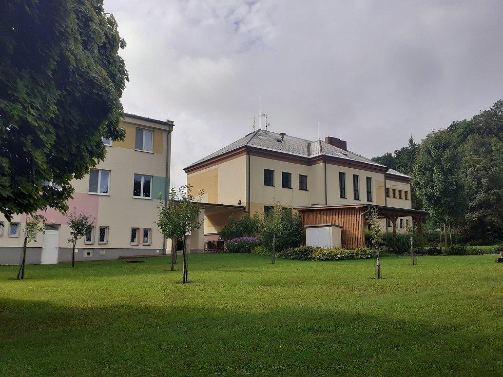 Areál základní a mateřské školy.