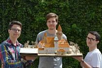 Trojice zhotovitelů s hradem Bouzovem.
