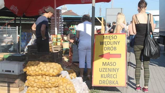 Velmi vyhledávaným zbožím na trzích v polském Zabelkówě je maso.