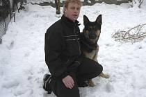 Policejní pes Kar i se svým pánem Petrem Kubesou.