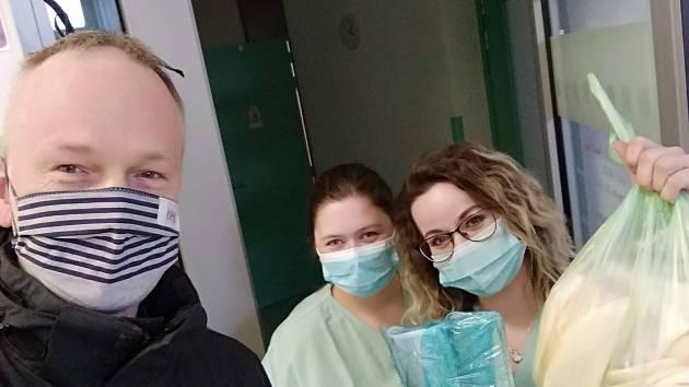 Hotové roušky, pteré poputují na JIP do Slezské nemocnice.
