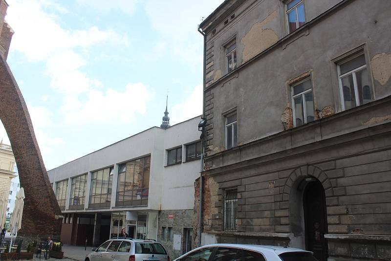 Budova bývalého obchodního domu Slezanka v centru slezské metropole. Objekt divadelního klubu (vpravo). Opava, 13. září, 2021.