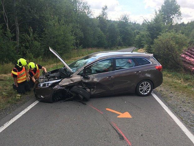 Zásah hasičů u nehody poblíž obce Hlubočec.