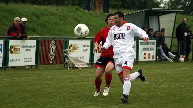 Fotbalisté Hradce nad Moravicí v sobotu na domácím trávníku přehráli Břžidličnou 7:5, a opět se tak přiblížili k postupu.