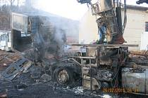 Tři jednotky hasičů zasahovaly v pátek brzy ráno v Hynčicích, u požáru nákladního automobilu MAN s hydraulickou rukou, který začal hořet při nakládce dřevěné kulatiny.