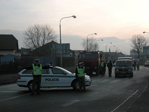 Opavští policisté uzavřeli úsek Rolnické ulice v Opavě–Kateřinkách, kde se tragická nehoda stala. V pozadí, vedle vozidla pohřební služby, je automobil Tatra, který důchodce srazil.