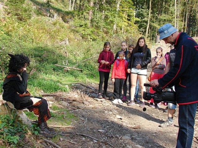 Fotografie z natáčení scény, v níž Rarášek v lese pláče, protože ho vyhnal z mlýna zlý podvodník Kolísko.