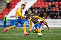 Třinci dal gól při remíze 1:1 opavský Karol Mondek. Na snímku uprostřed během ligového duelu se Slavií.